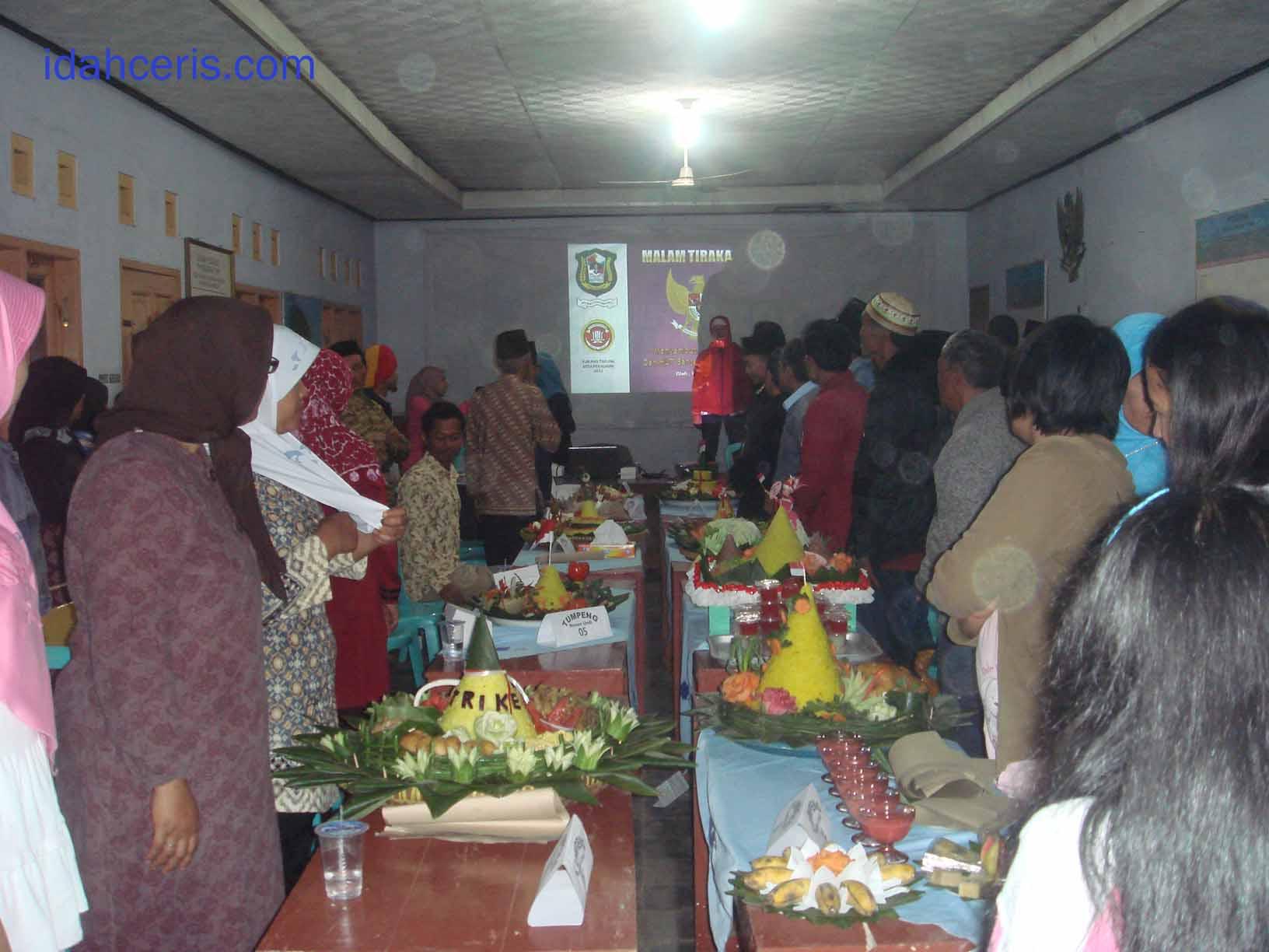 Menyanyikan lagu Indonesa raya
