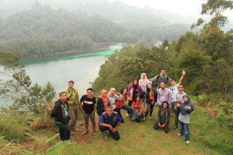 travel blogger famtrip jawa tengah berfoto dengan latar telaga warna pada desember 2014