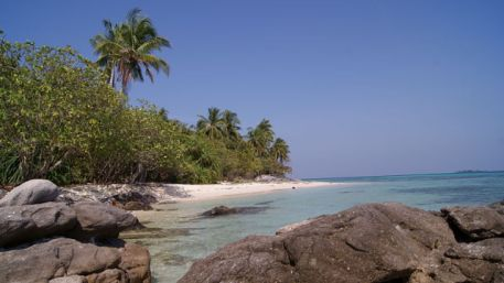 800px-Ujung_Gelam_Beach_Karimun_Jawa_2