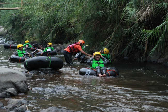 ASYIKNYA RIVER TUBING PANARABAN BANJARNEGARA